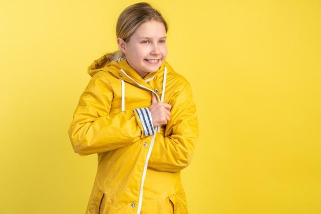La ragazza con l'impermeabile giallo si bloccò
