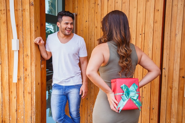 Fidanzata che fa una sorpresa al suo ragazzo