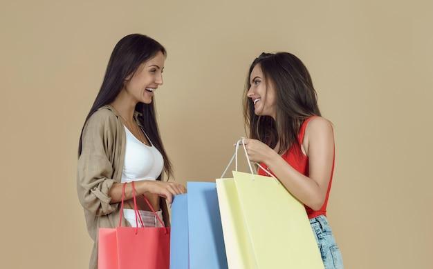 Amiche che tengono le borse della spesa