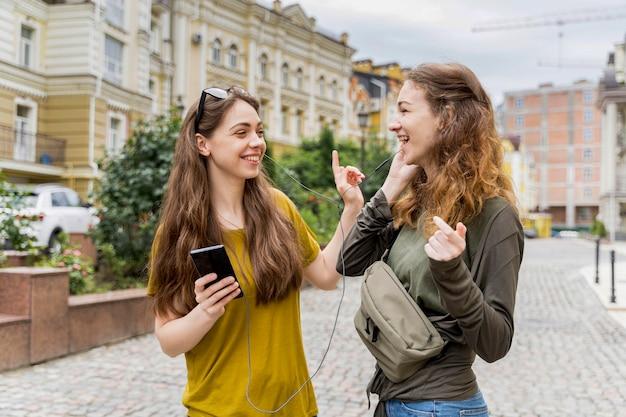 Amiche che ascoltano musica