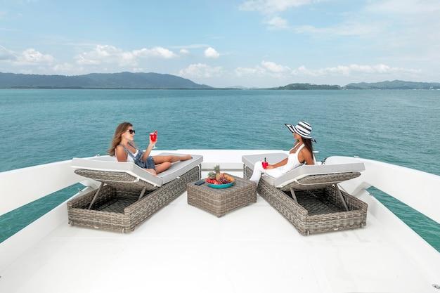 Fidanzate che si rilassano sullo yacht