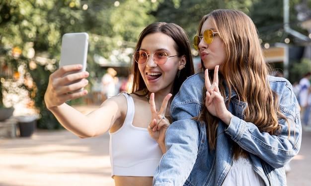 Amiche che prendono selfie insieme