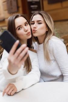 Amiche che fanno selfie con il telefono