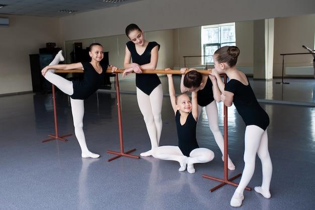 Le ragazze comunicano in classe alla scuola di danza.
