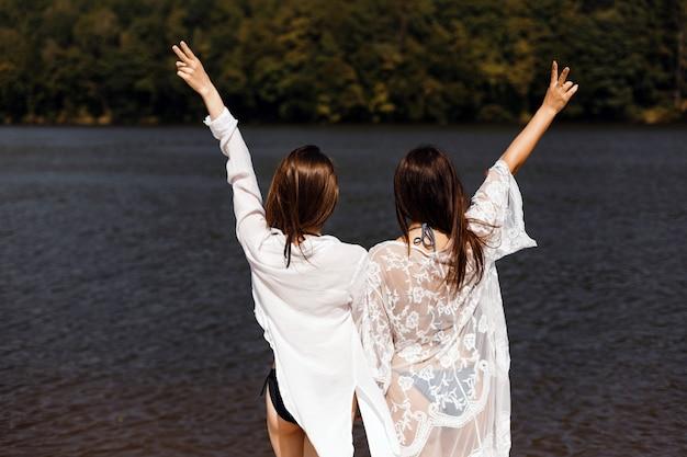 A ragazze godono di vista sul fiume