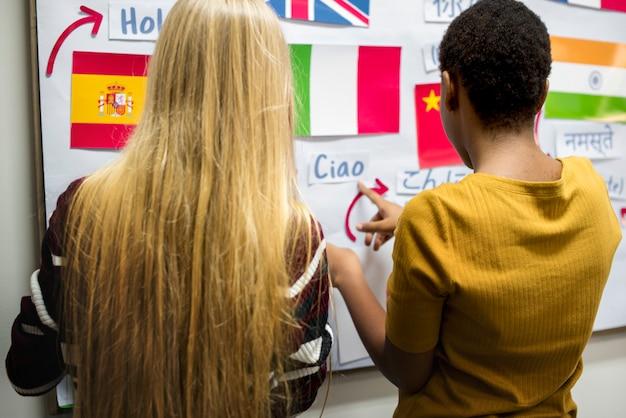 Bordo di bandiere nazionali di decorazione di amici di ragazze
