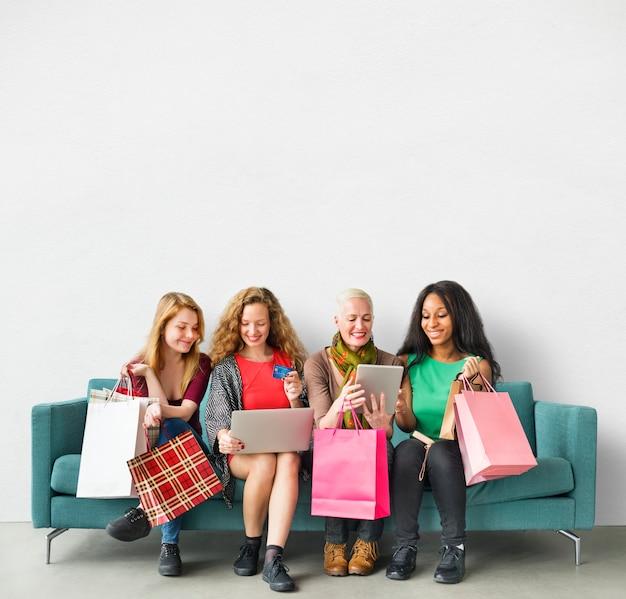 Concetto online di acquisto di unità di amicizia delle ragazze