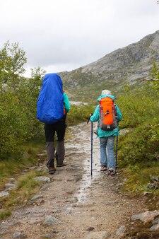 Escursionista per ragazze sulle montagne norvegesi