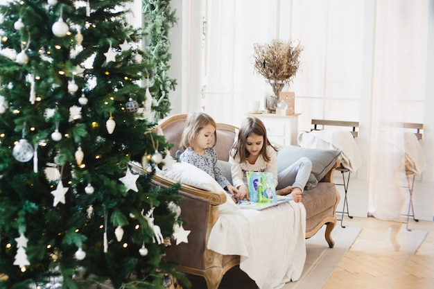 Ragazze a casa nel periodo natalizio