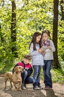 Ragazze nel parco con un cane