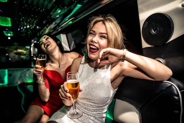 Ragazze che fanno festa in limousine