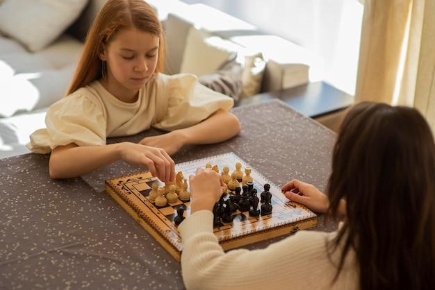 Ragazze che giocano a scacchi a casa