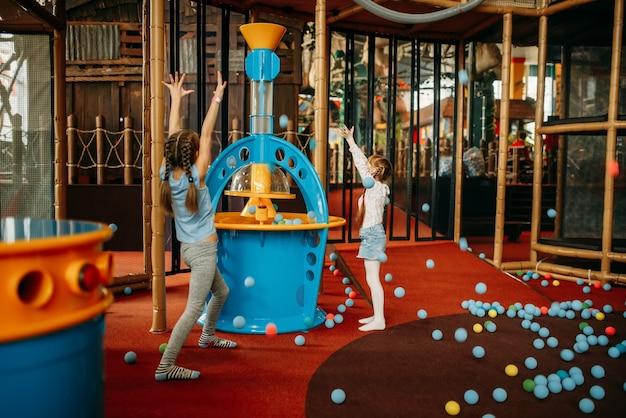 Le ragazze giocano a mitragliatrice ad aria compressa, centro giochi per bambini