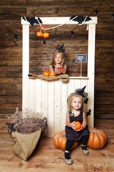 Sorelle di ragazze in costumi da strega con decorazioni di halloween