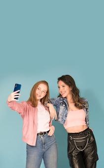 Ragazze che si fanno selfie