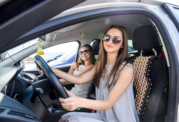 Ragazze che viaggiano in macchina insieme, concetto di vacanza