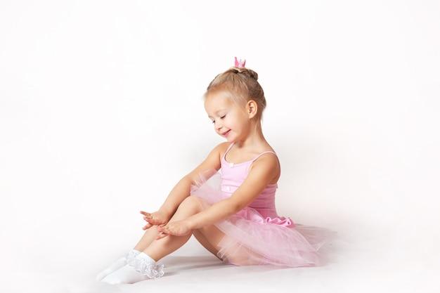 Ragazze giovani ballerine in abiti rosa su sfondo chiaro