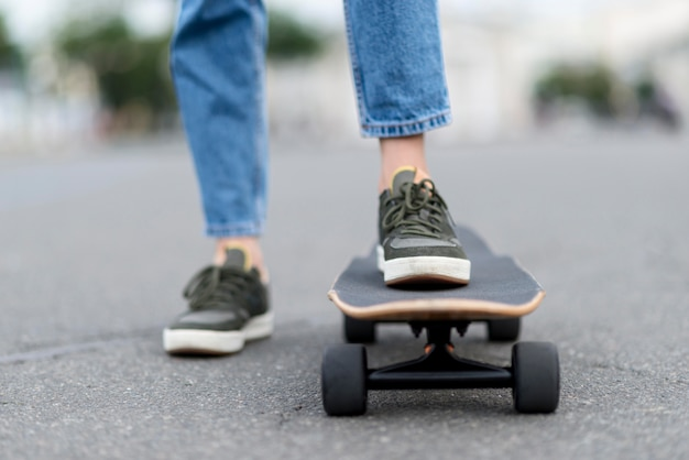 Gambe girly in piedi sullo skateboard