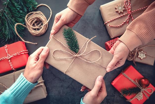Fa un regalo regali di natale con decorazioni