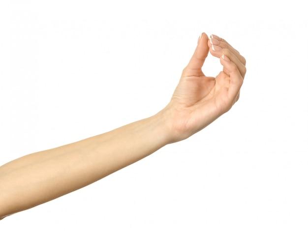 Dare, raggiungere o tenere la mano. gesturing della mano della donna isolato su bianco