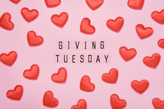 Dando un messaggio di testo di martedì. giornata mondiale di beneficenza dopo la giornata di shopping del black friday