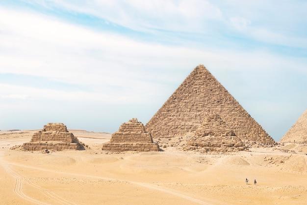 Piramidi di giza al cairo, egitto. vista generale delle piramidi dall'altopiano di giza tre piramidi satellite sul lato anteriore. avanti in ordine piramide di menkaure