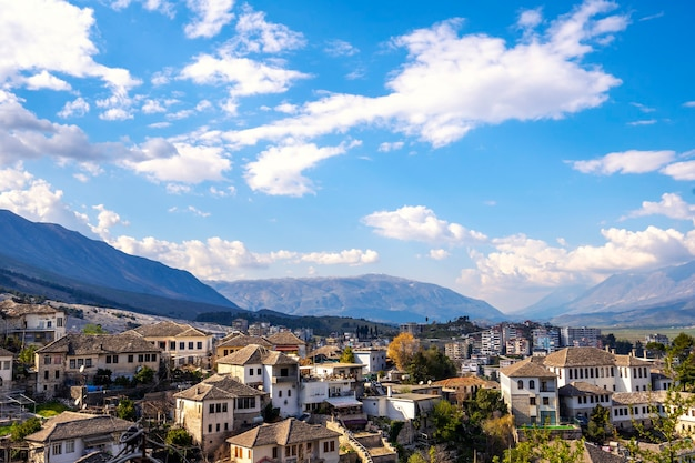 Argirocastro città albania tradizionali case bianche con tetti in pietra grigia ed edifici moderni sul