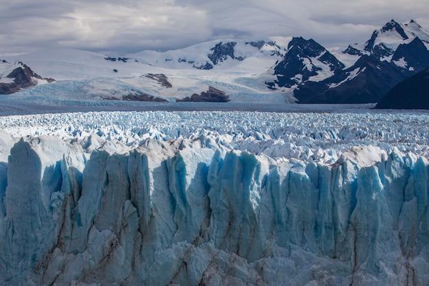 Ghiacciaio congelato paesaggio di montagna dei campi