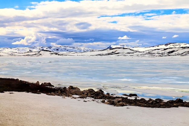 Ghiacciaio, montagne coperte di neve e nuvole basse