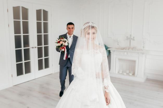 Affascinante sposa in abito da sposa