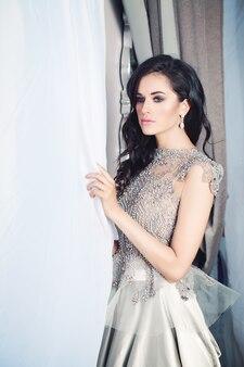 Donna affascinante del modello di moda castana