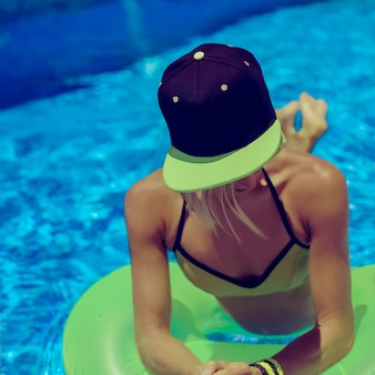 Festa estiva glamorous girl in piscina
