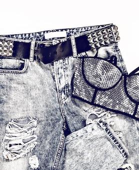 Look metallizzato da donna glamour jeans vintage e reggiseno con strass