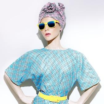 Stile estivo glamour. accessori alla moda. ragazza scatenata