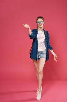Glamour donna zaino vestiti alla moda sfondo rosa modello