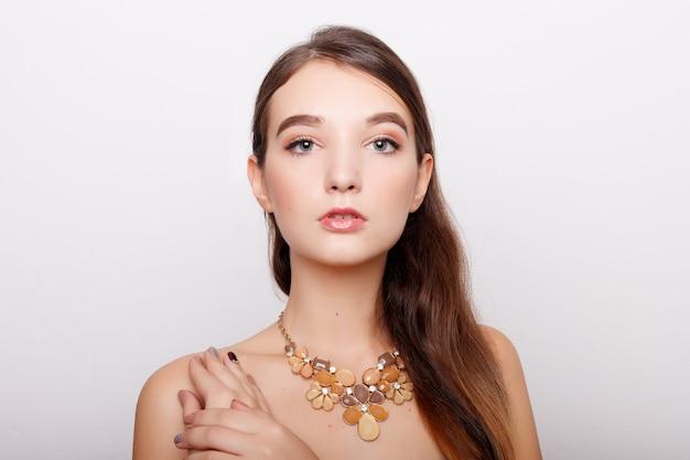 Glamour, bellezza, gioielli e concetto di lusso - primo piano di bella donna che indossa la collana di diamanti lucenti