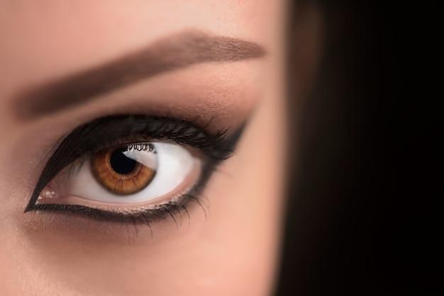 Trucco glamour per gli occhi neri con ampia freccia