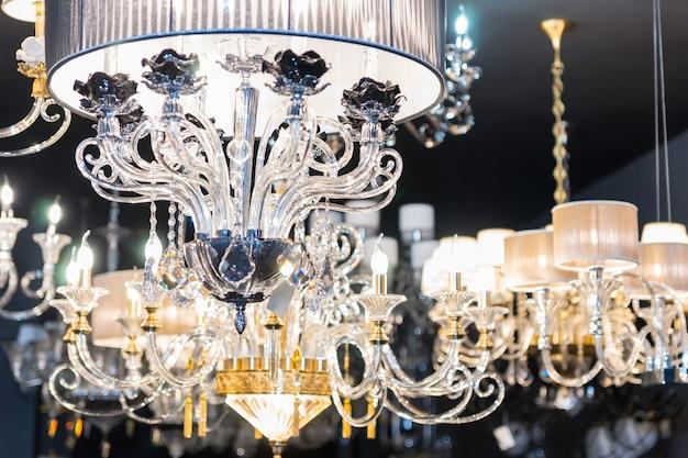 Lampadari in cristallo glamour appesi in negozio per la casa