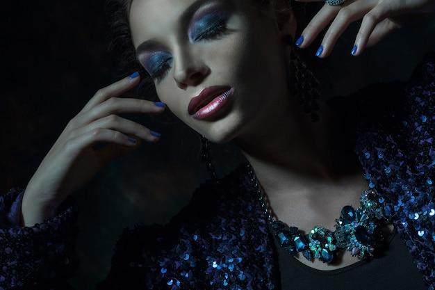 Ritratto di donna di moda glamour. toni scuri.