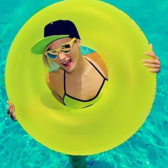 Festa calda della ragazza glamour in piscina