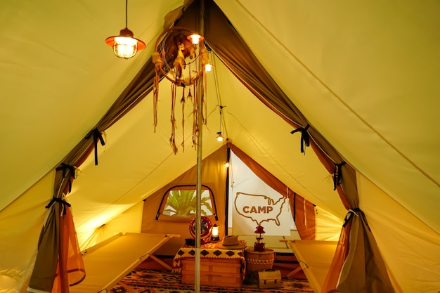 Glamping all'interno della tenda in una calda luce gialla