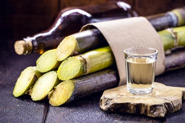 Bicchiere di bevanda alcolica al limone, distillato dalla canna da zucchero, chiamato in brasile