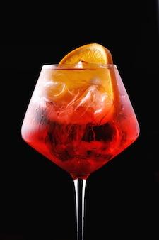 Bicchiere di aperol spritz cocktail su un nero