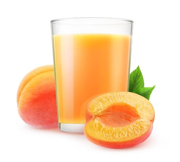 Bicchiere di frullato di albicocche e frutti di albicocca tagliati isolati