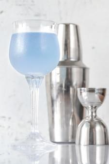 Bicchiere di aviazione cocktail con shaker e jigger