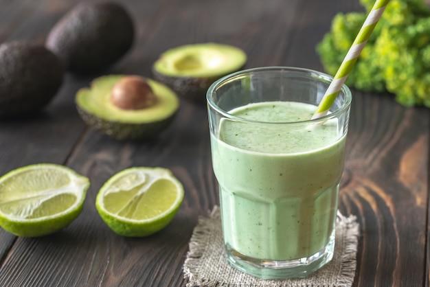 Bicchiere di frullato di avocado e latte di cocco