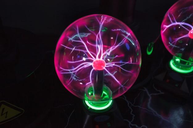 Sfera di vetro con fulmini tesla al plasma.