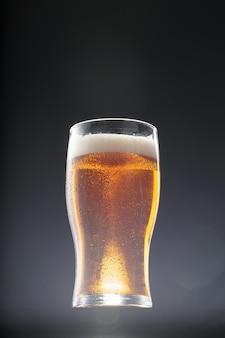 Bicchiere di birra sul nero