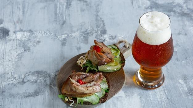 Bicchiere di birra sul tavolo di pietra e superficie di mattoni