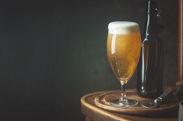 Birra in vetro con bottiglia e copia spazio
